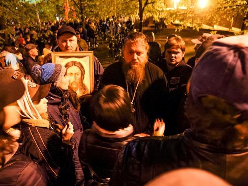 Немало было и тех, кто за храм // фото: Наталья Чернохат / ТАСС