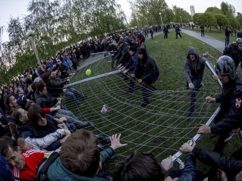 Протестующие повалили забор вокруг намеченной стройки // фото: Anton Basanayev