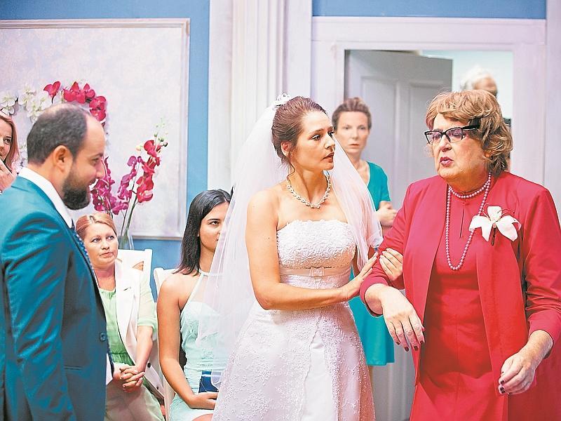 Фактурная регистраторша загса –  лишь один из многих женских образов актера // кадр: шоу «100янов»