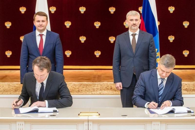 Руслан Байсаров подписывает договор с Олегом Белозеровым