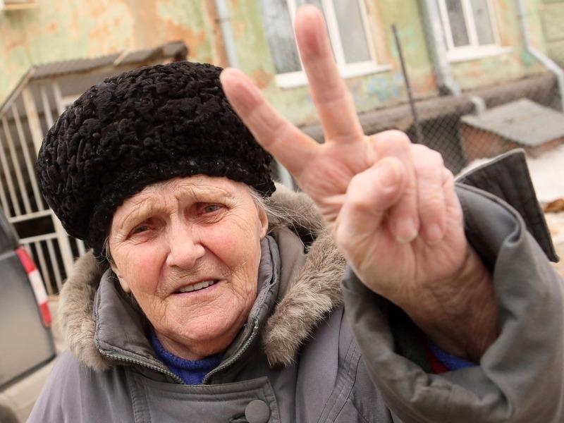 ВЦИОМ: Один из трех пенсионеров в России работает