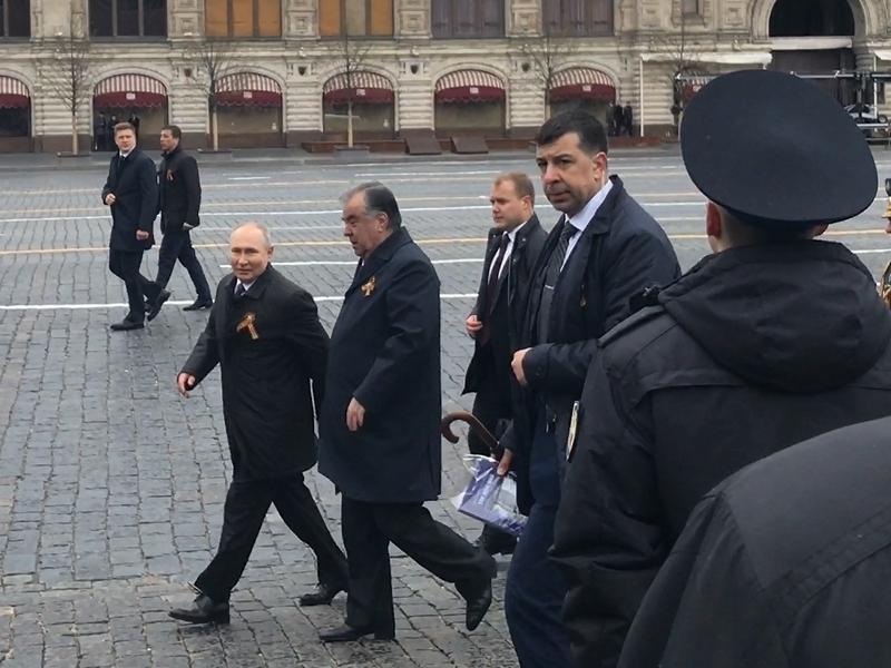 Три ПЦР, старый плед и дерзкое приветствие Путина: закадровые подробности Парада Победы-2021