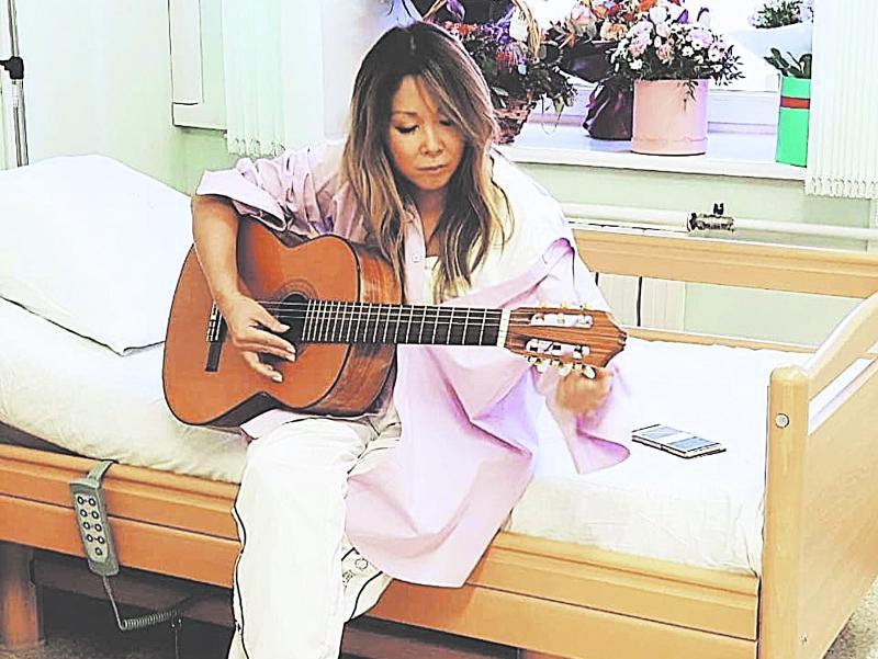 Даже в больнице звезда не прекращала творческий процесс // фото из Instagram