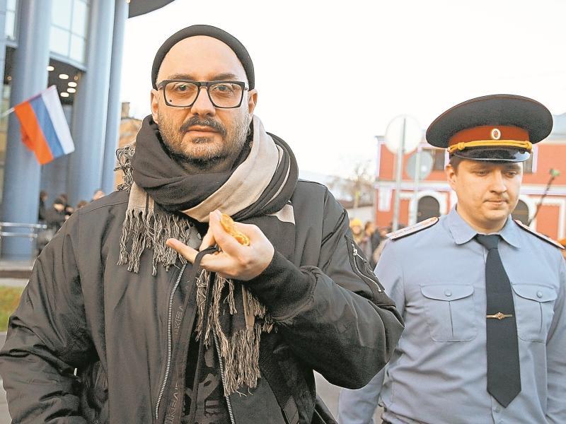 Кирилл Серебренников, сопровождаемый в суд