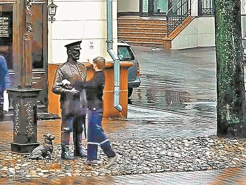 Извиняются уже и перед памятниками – как перед монументом городовому в Минске (на стоп-кадре момент оскорбления действием)