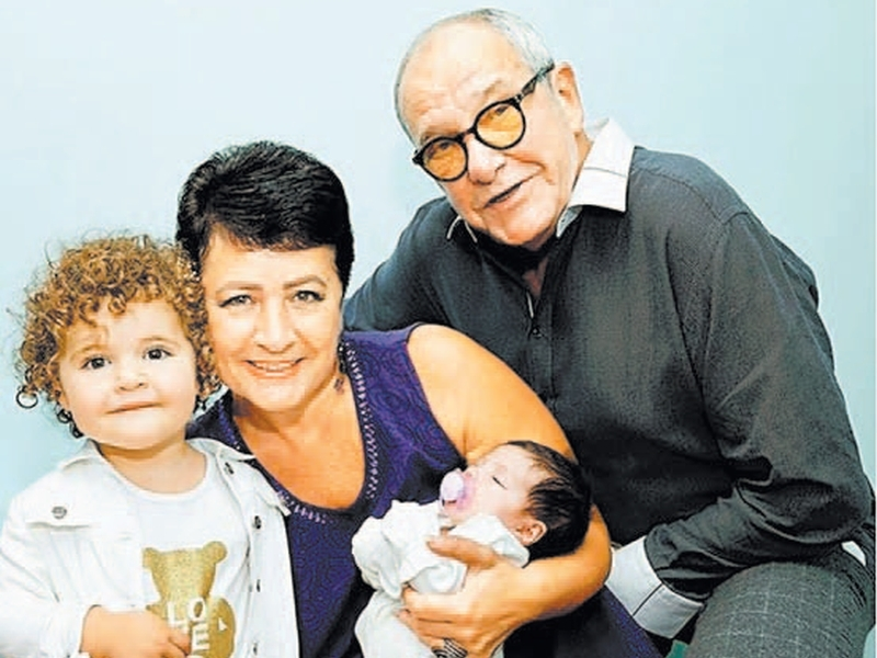 Эммануил Виторган и Ирина Млодик с годовалой Этель и новорожденной малышкой Кларой