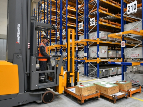 Опыт показывает, что отнюдь не любую работу даже на складах можно автоматизировать – что уж говорить о взаимодействии с людьми. Фото: Bernd Settnik / dpa / Global Look Press