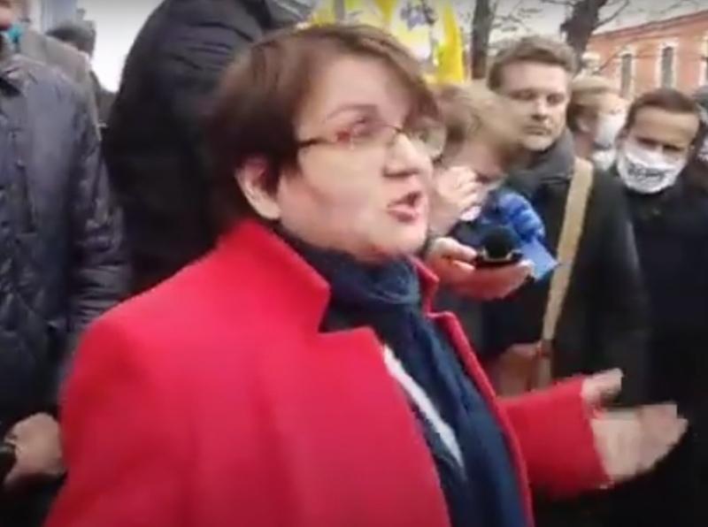 Юлия Галямина у здания Тверского суда