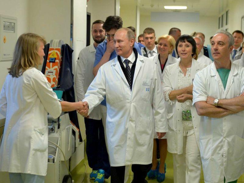 Владимир Путин во время рабочего визита в больницу // фото: Global Look Press