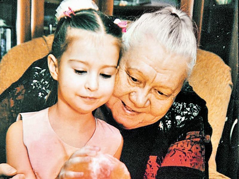 Галина Константиновна старается больше времени проводить с внучкой Лизой