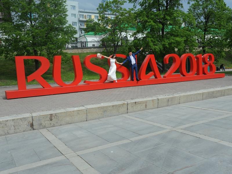 В этом году традиционные скульптуры изо льда будут высечены на тему чемпионата мира по футболу, матчи которого пройдут в Екатеринбурге летом 2018 года // Фото: Global Look Press
