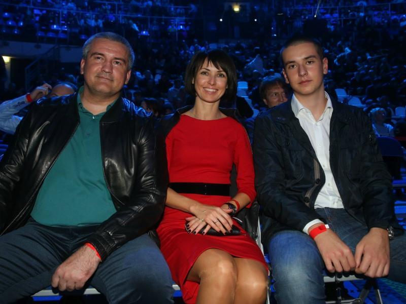 Елена Аксенова «кормит» не только 20-летнего сына Олега (справа), но и мужа-чиновника (слева) // Фото: ТАСС