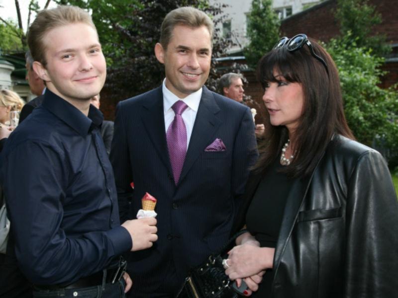 Павел Астахов с женой и сыном