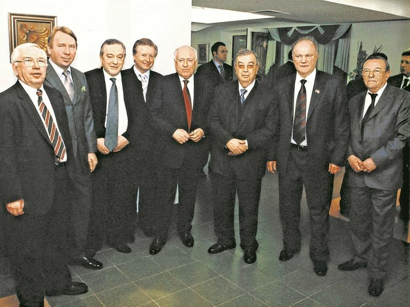 Л. Айрапетян (в центре) и В. Лукин, В. Кожин, Л. Тягачев, В. Черномырдин, Е. Примаков (слева направо)