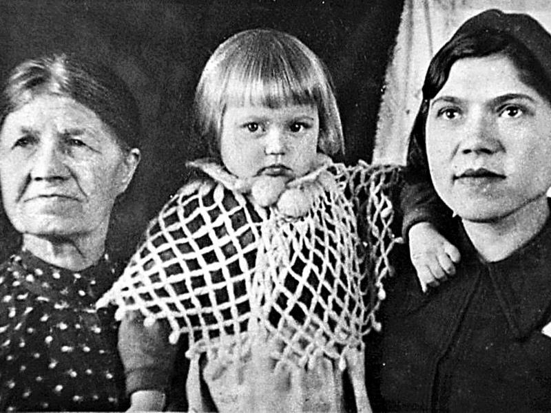 Маленькая Галя с мамой и бабушкой
