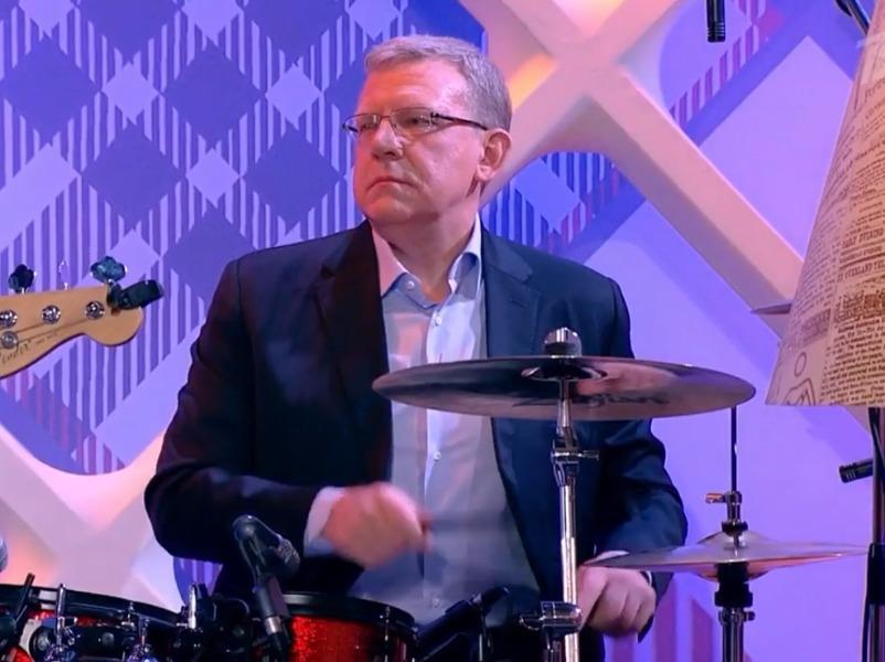 Кудрин исполнил песню «Азнаешь, все еще Путин» впрограмме «Прожекторперисхилтон»