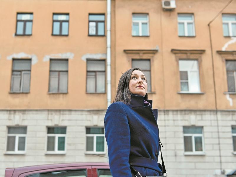Гид Марина Егорова показывает дом (за ее спиной), из которого Путин с семьей и переехал в Москву // фото: Сергей Ермохин