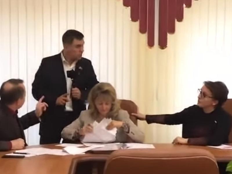 Оживленная дискуссия с депутатами вылилась для министра (крайняя справа) в отставку