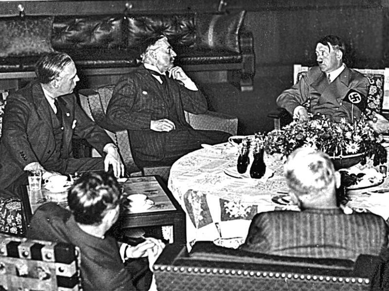 Переговоры премьер-министра Британии Чемберлена и Гитлера в Берхтесгадене 15.09.1938 // фото: http://munich.rusarchives.ru