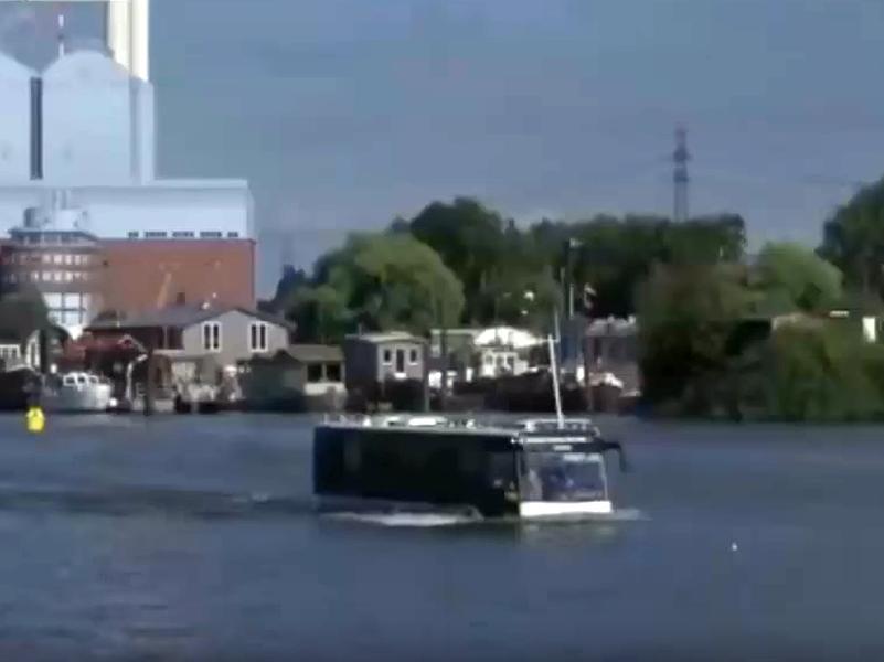 """Два года назад Первый канал сообщал: """"Автобус-амфибия возит туристов по Гамбургу"""". Теперь в Москве решили не отставать"""