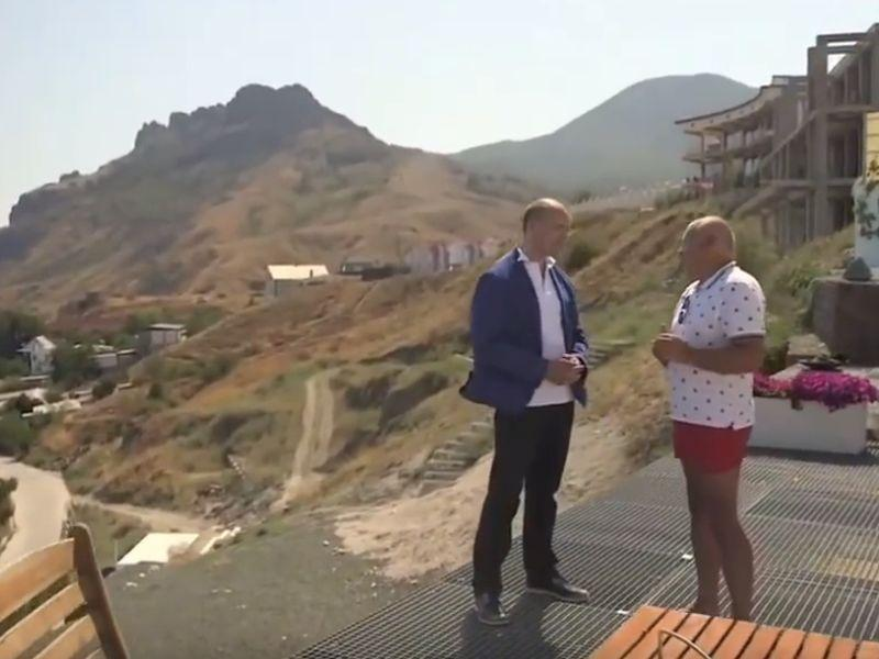 Дмитрий Киселёв даёт интервью на террасе своей виллы // Фото: скриншот с YouTube