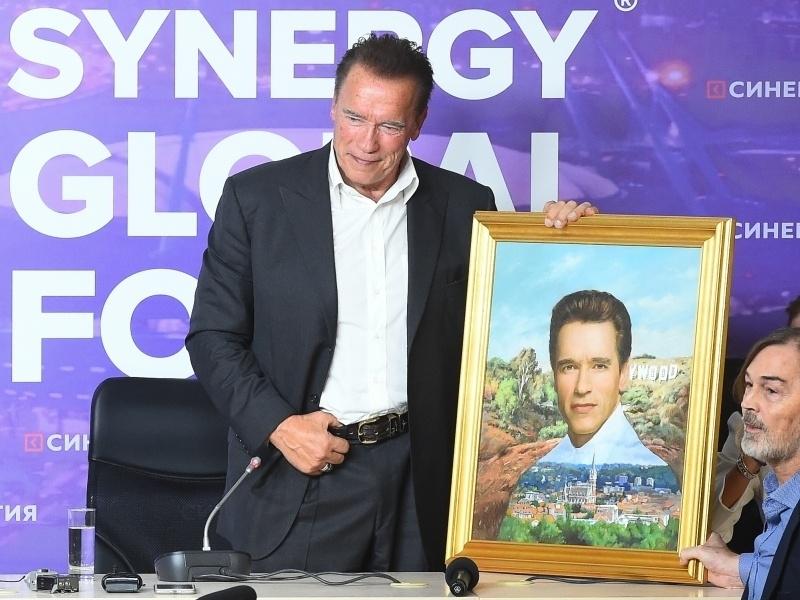 Шварценеггер с портретом кисти Сафронова и сам автор. Фото: Ольга Мальцева / ТАСС