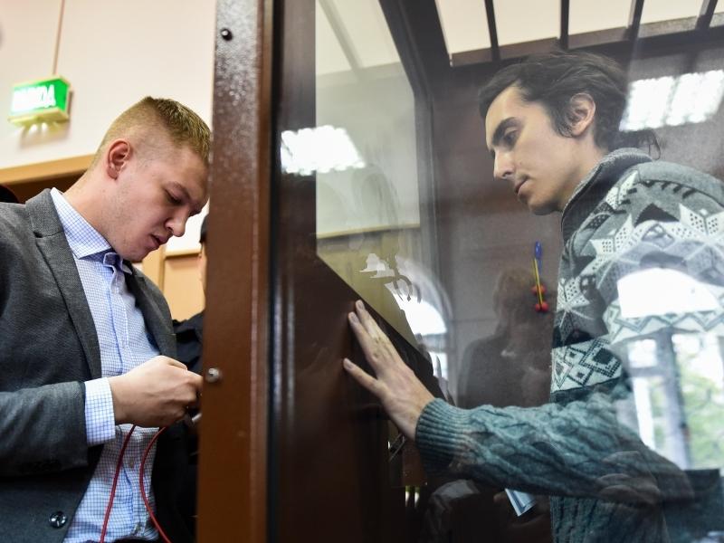 Бабушки Владимира Емельянова (на фото справа) уверены, что он вернется через 2 месяца... // фото: Андрей Васильев / ТАСС