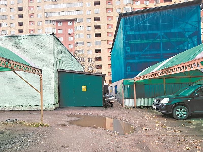 Маленький скромный гараж депутата на два авто