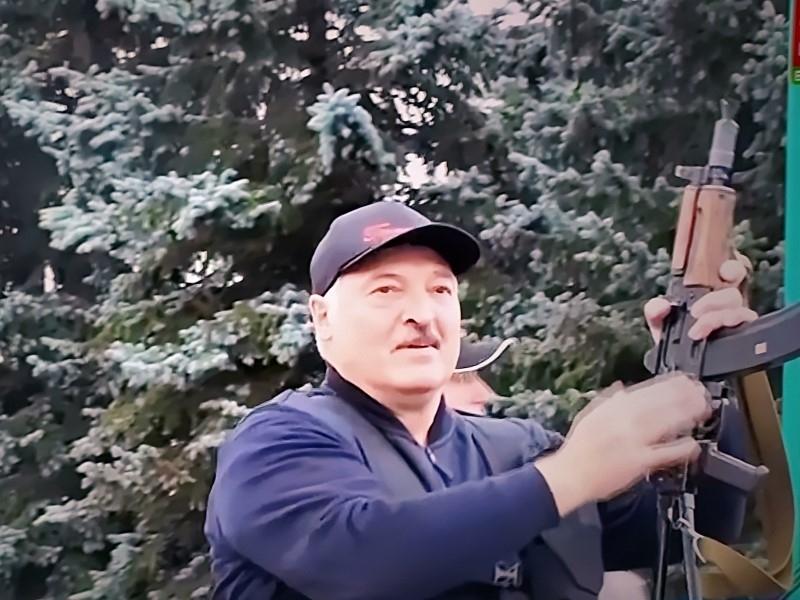 Александр Лукашенко с автоматом в центре Минска // Фото: Global Look Press