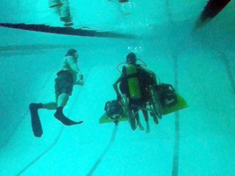 Первый тестинг коляски проводился в бассейне // Фото: Instagram @igor.skikevich