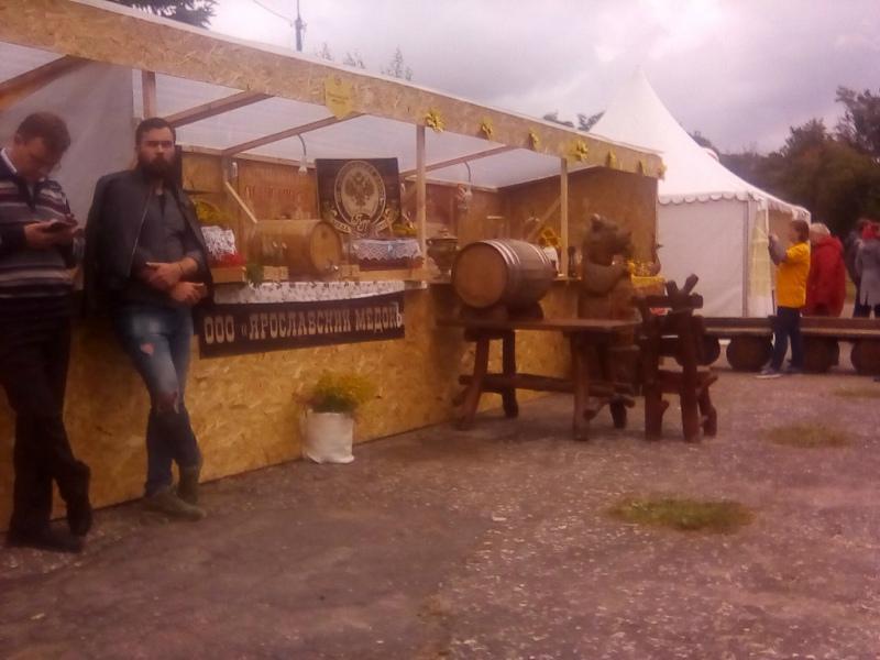 Предлагали попробовать медовуху всем желающим и торговые ряды различных производителей напитка