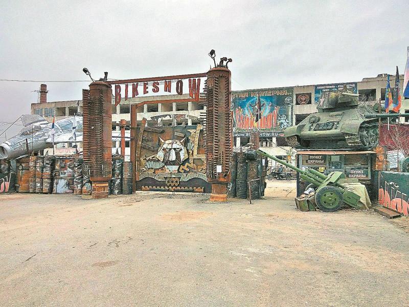 Гостей на Госфорта встречают устрашающего вида ворота рядом с грудой металла и автохлама