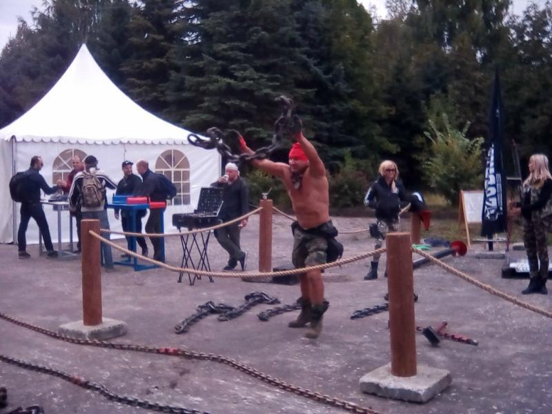 После выступления атлет Павел Зубринов демонстрировал свои возможности на специальной площадке