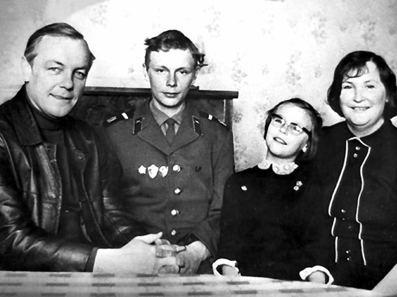 Кирилл Лавров с сыном Сергеем, дочкой Марией и женой Валентиной