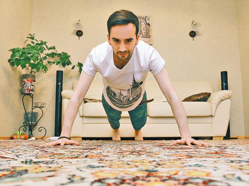 Если нет времени на спортзал – занимается дома, прямо на полу