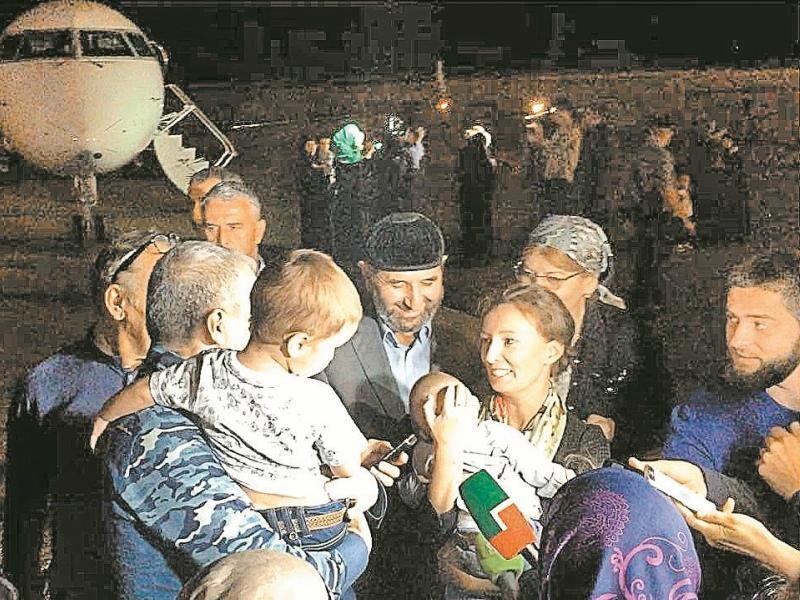 Детский омбудсмен Анна Кузнецова лично встретила вырвавшихся из плена ребят