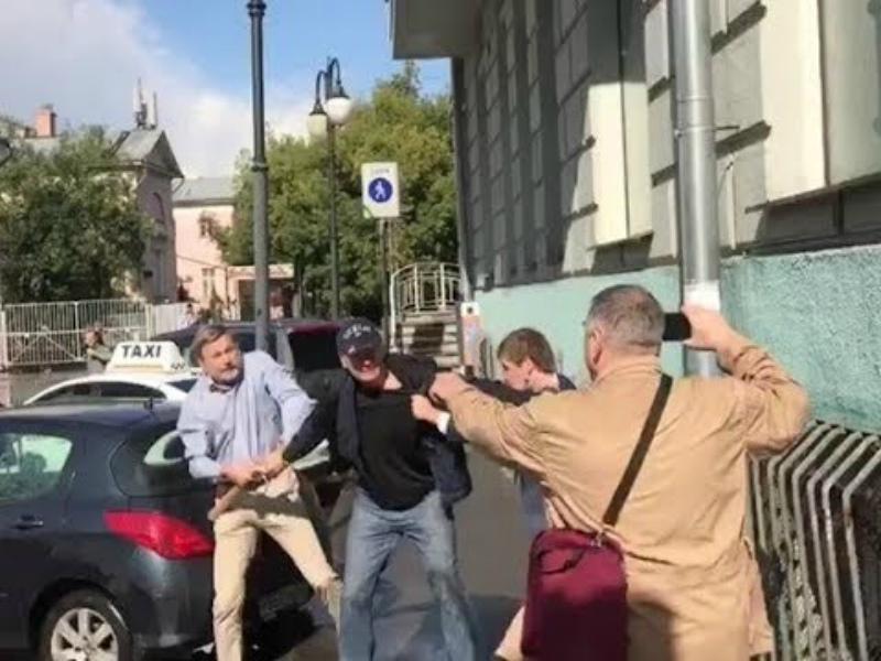 Адвокат Илья Новиков врезал члену организации SERB Тарасевичу за то, что тот на его глазах глумился над фотографией Немцова // Стоп-кадр YouTube