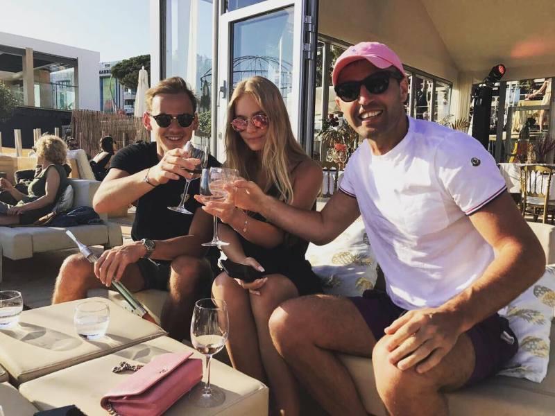 Когда-то пара пила шампанское с друзьями и не скрывала своих теплых отношений // фото из Instagram Елизаветы Песковой (теперь недоступно)