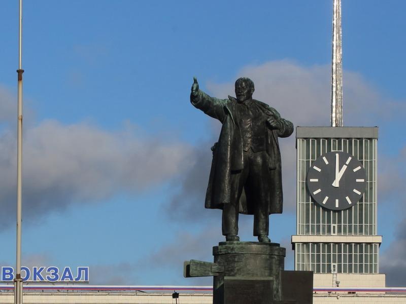 Памятник Ленину на броневике на фоне Финляндского вокзала (площадь Ленина, Санкт-Петербург) // фото: Замир Усманов / Global Look Press