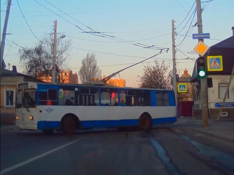 9 апреля, улица Мясникова в Ростове-на-Дону: сломавшийся троллейбус перегородил проезжую часть // стоп-кадр / Youtube / канал v_audi_m