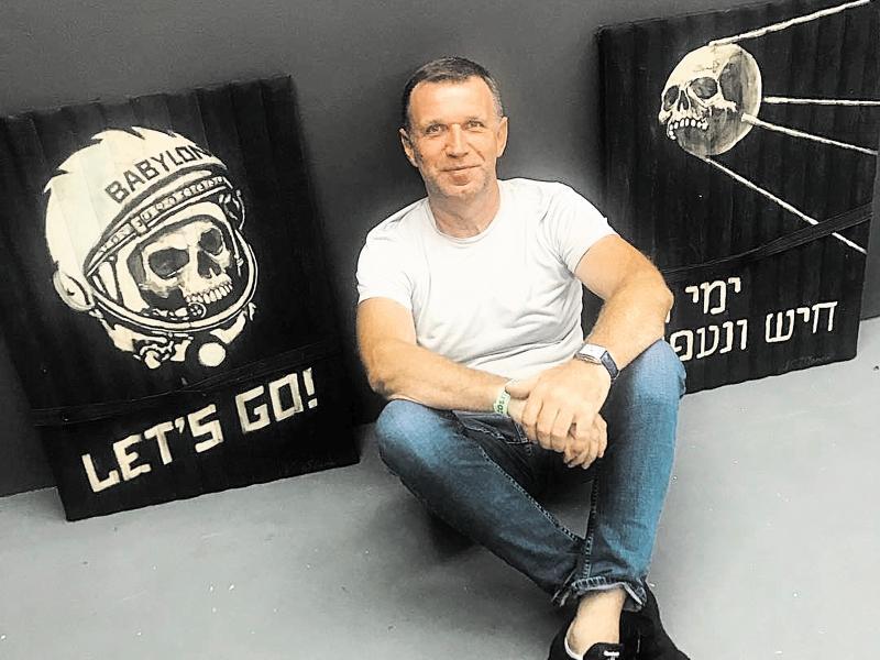 Галерист Александр Шаров с картинами, «оскорбляющими Гагарина»