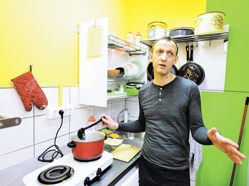 Благодаря совместному проекту «Ночлежки» и Hilton Евгений работает помощником повара // фото: Александр Коряков