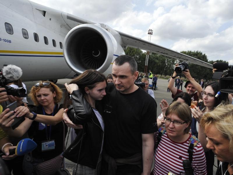Олег Сенцов и другие заключенные после обмена встречаются с близкими в киевском аэропорту // фото: Сергей Чужаков / ZUMAPRESS.com / Global Look Press
