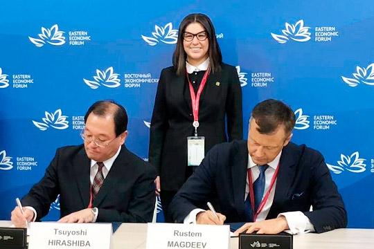 Соглашение подписали от «ФармМедПолис РТ» Рустэм Магдеев (справа) и Цуоши Хирашиба от K.K. Mirai Genomics. Позади них – глава АИР РТ Талия Минуллина