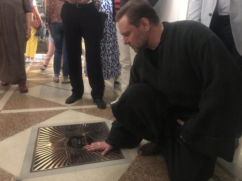 Андрей Егоров у звезды Алексея Попова // фото: Виктория Савицкая