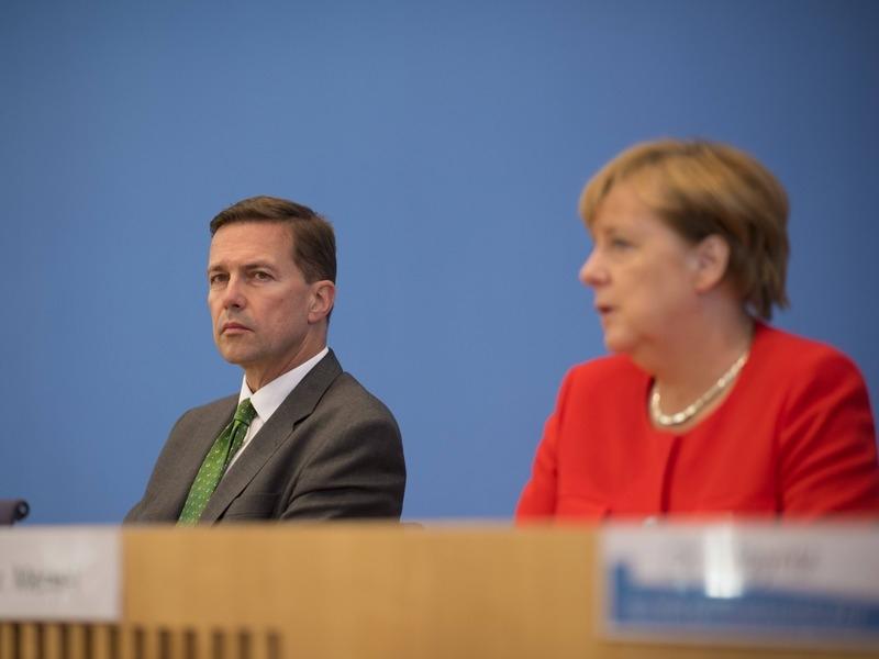 Штеффен Зайберт и Ангела Меркель // Фото: Global Look Press