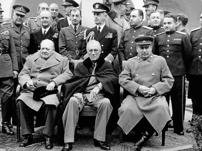Премьер-министр Великобритании Уинстон Черчилль, президент США Франклин Рузвельт и генсек СССР Иосиф Сталин на Ялтинской конференции. 1945 год