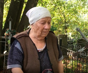 Мария Ивановна Захарова на могиле сына // Фото: Павел Зубов